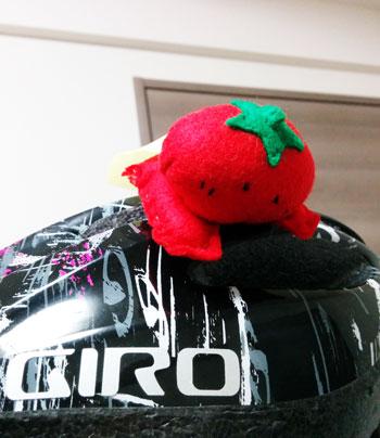 ヘルメットから飛び出るトマトマン