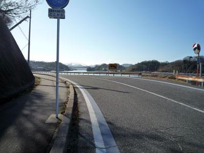 道路に青い線