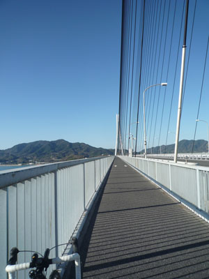 橋の上のサイクリングロード