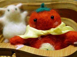 カゴの中のトマトマンの写真