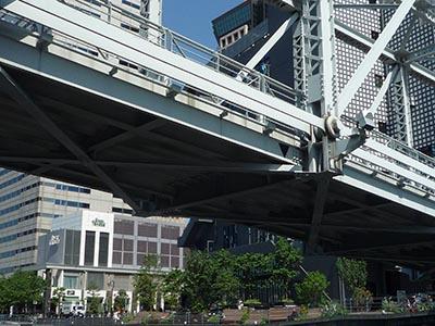 トラス橋のようなものの裏