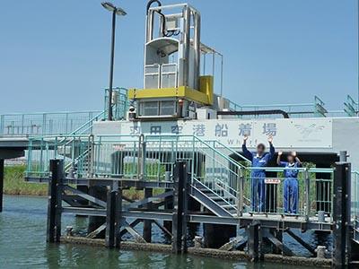 桟橋で手を振る国土交通省のかた。
