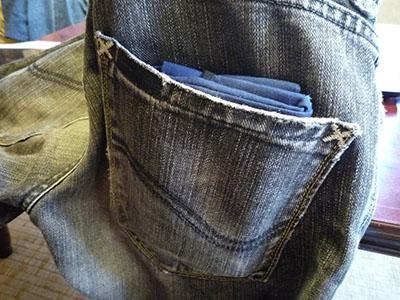 ズボンのポケットに入っている様子