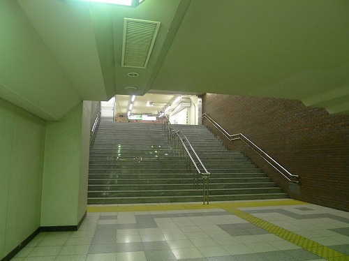 レンガ通路の先の階段