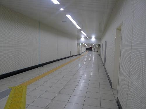 白い壁の通路