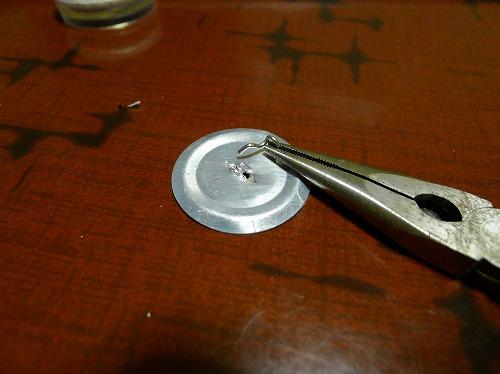 ペンチで裏の針金を外す