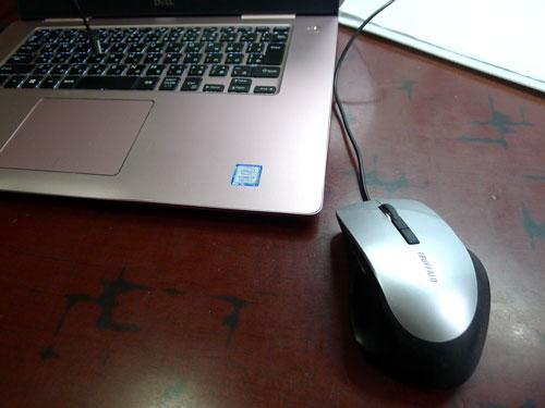 ピンクのパソコンにシルバーのマウス