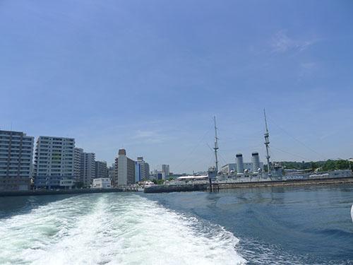 船から横須賀方面を見る