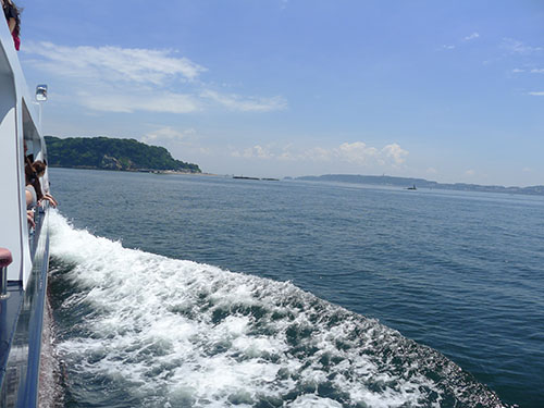 船から猿島方向を見る