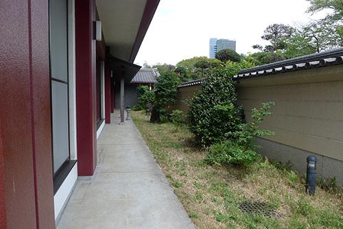 増上寺会館のへいの裏側