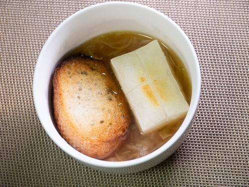 スープにフランスパンと餅を乗せたところ