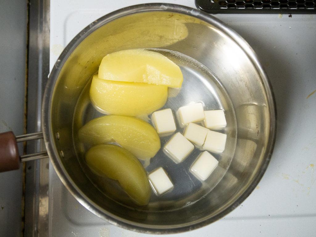 8等分にした切り餅を水煮に入れる