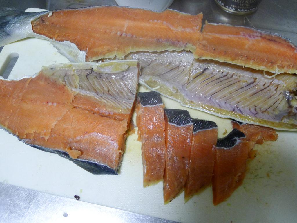 鮭を3枚に卸して切り身にしたところ