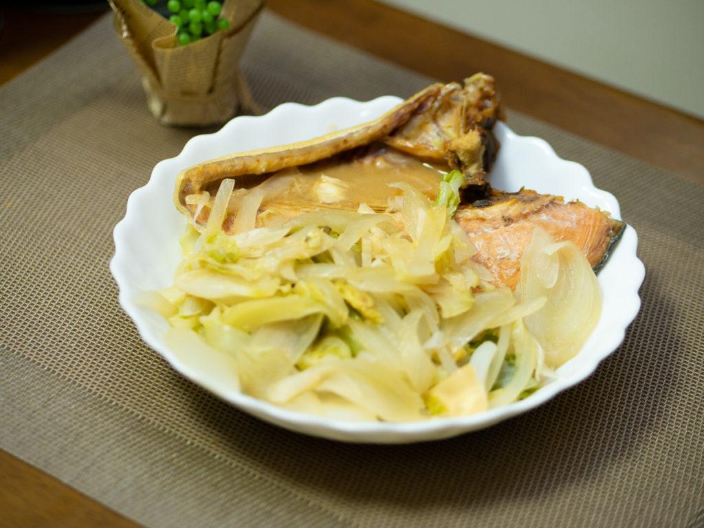皿に盛られた鮭のちゃんちゃん焼き