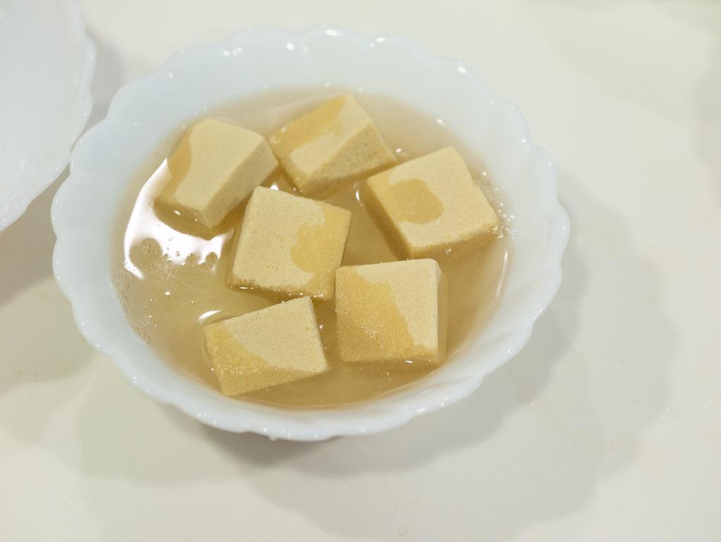 煮汁につっこんだ高野豆腐