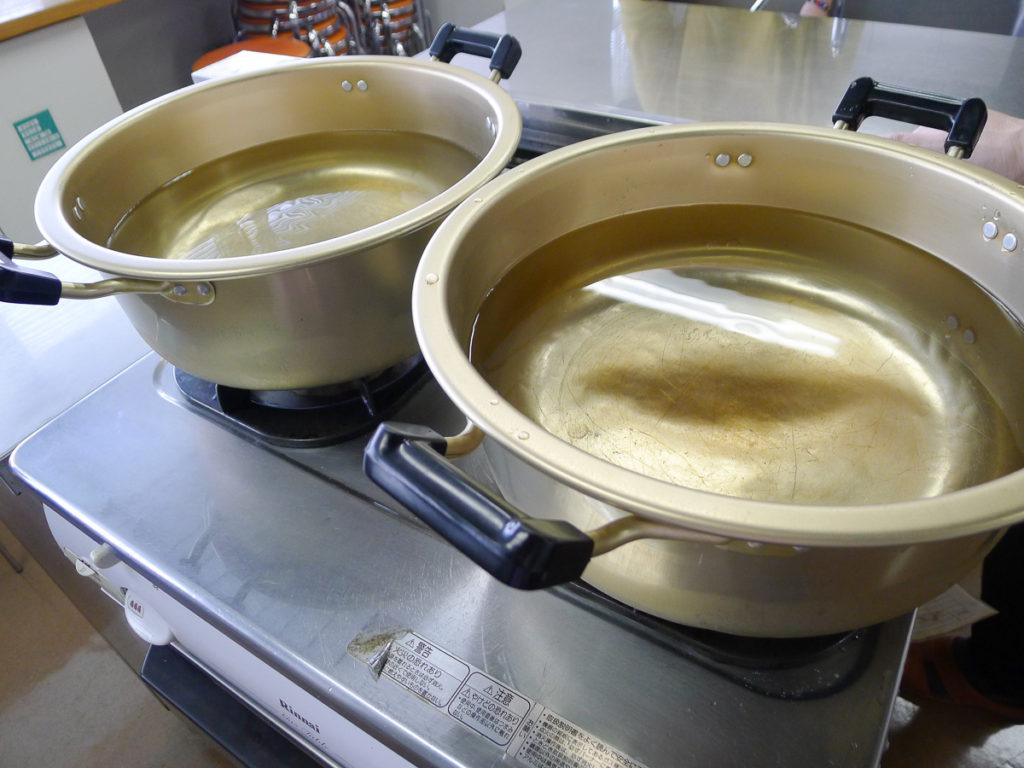 水を張った大きい鍋