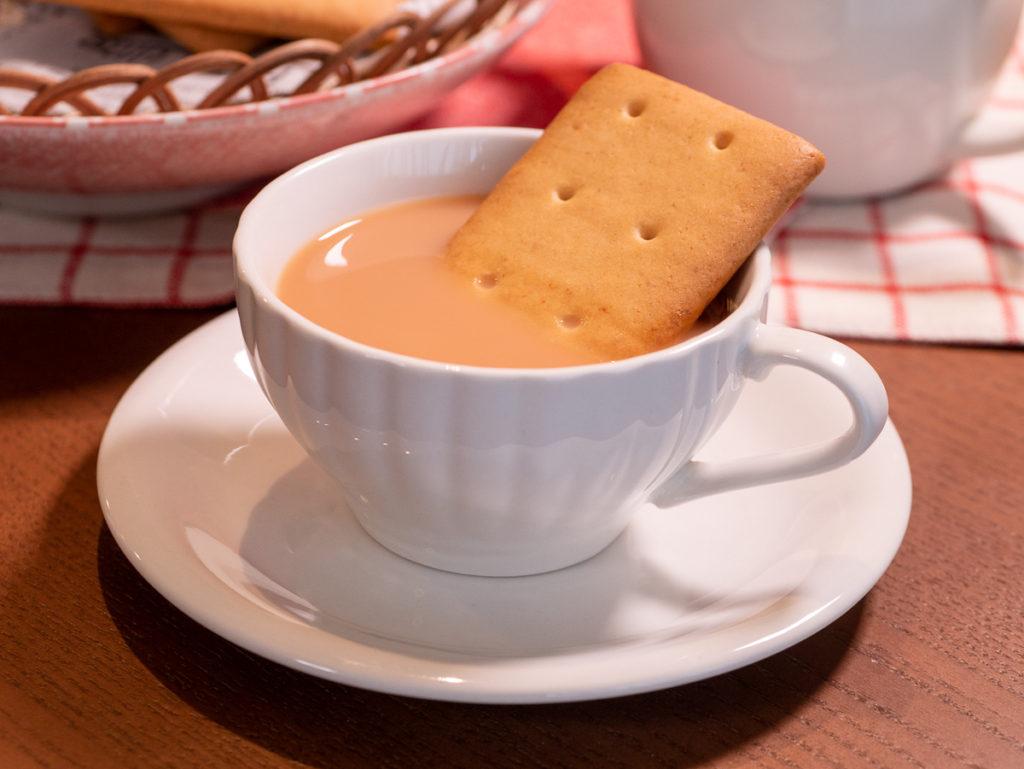 ミルクティーにつかる堅パン