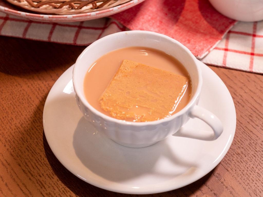 ミルクティーに浮く堅パン