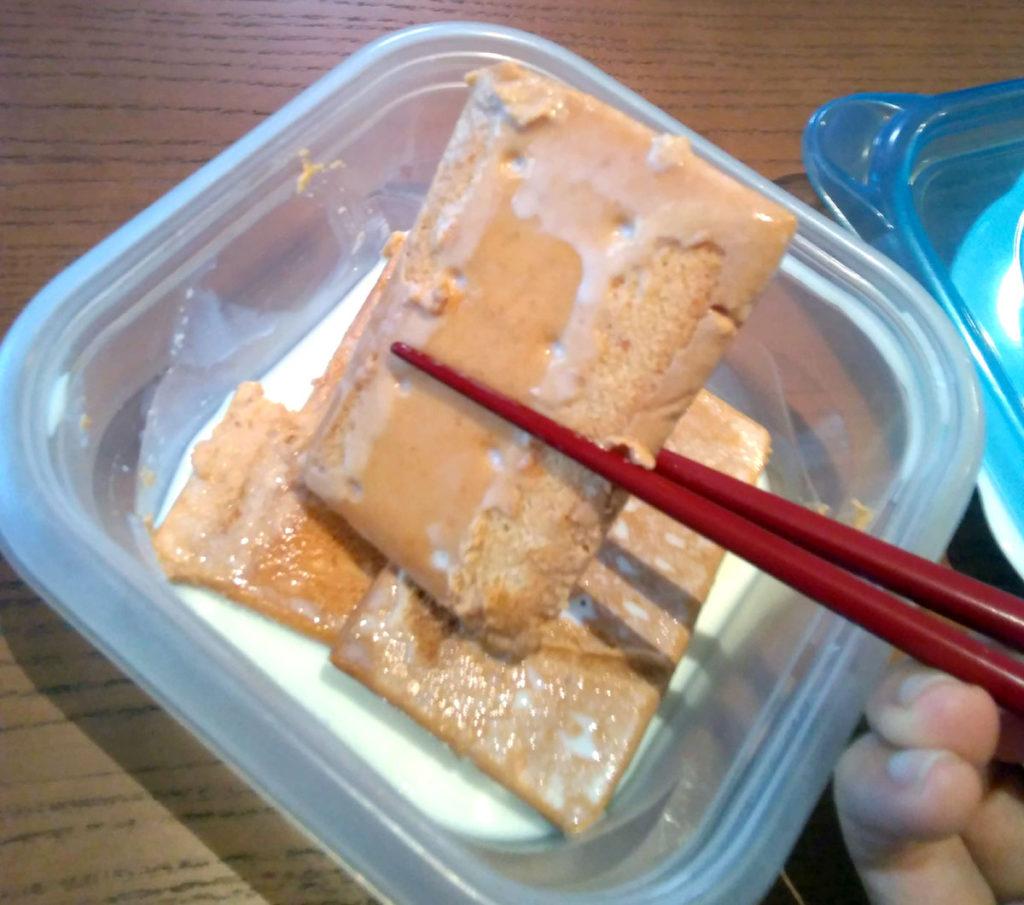 箸で堅パンを持ち上げるところ