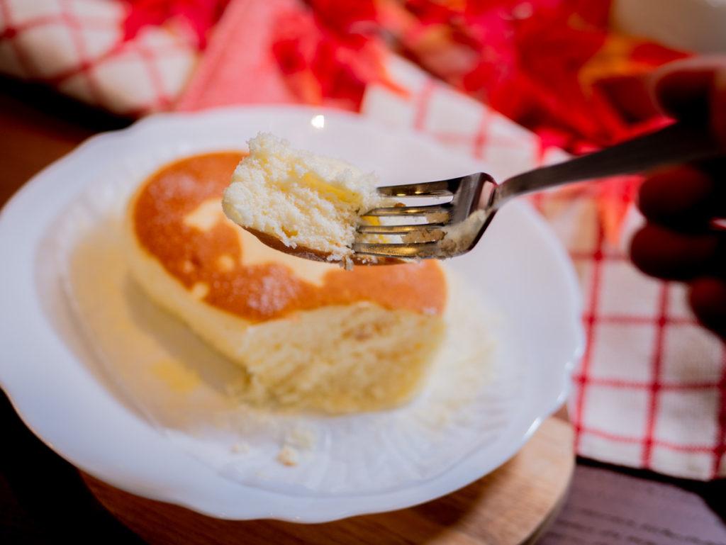 北海道チーズケーキ蒸しパンを食べるところ