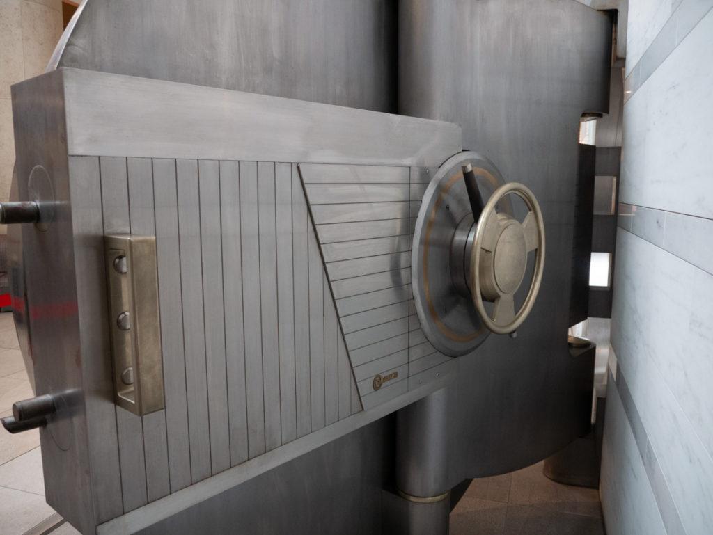 金庫の扉、表側