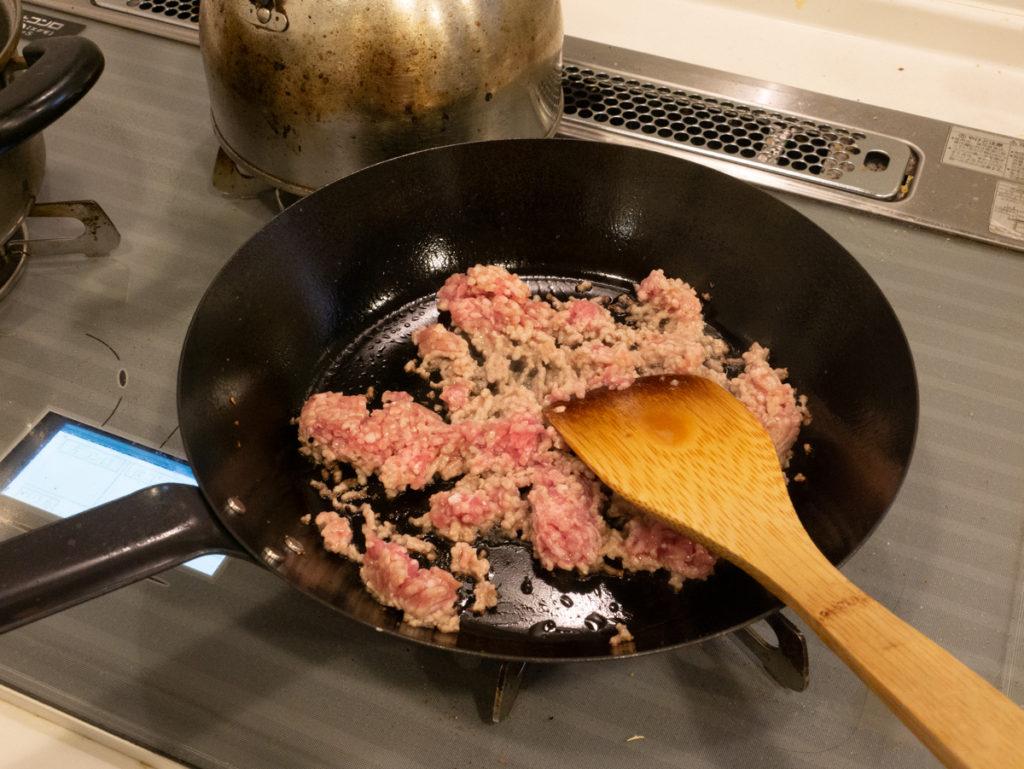 挽肉を炒めるところ