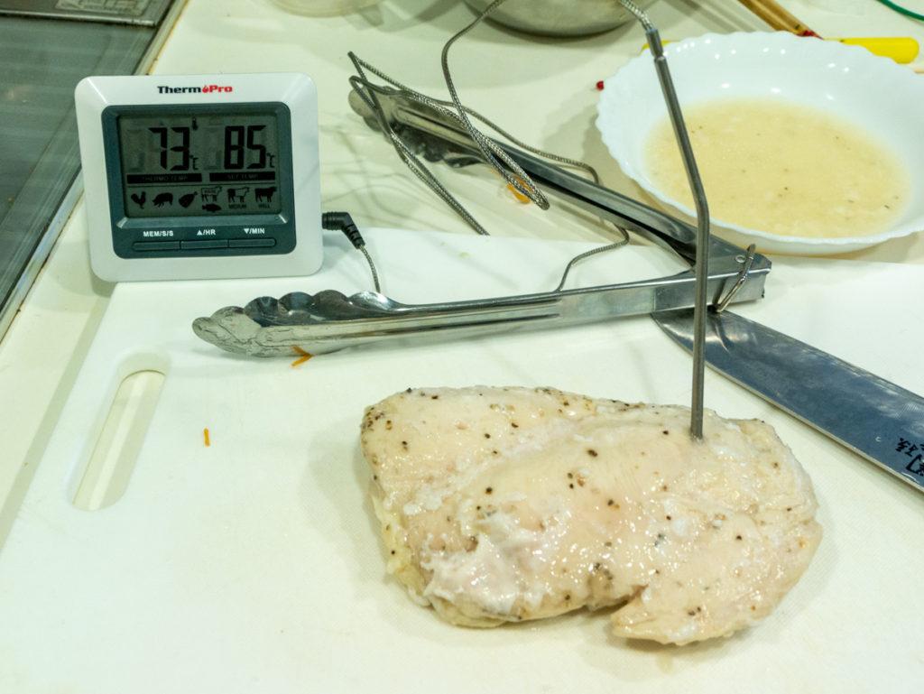 鶏肉の温度を測っているところ