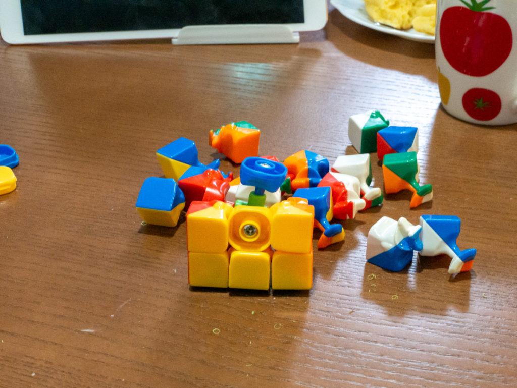 ルービックキューブを組み立てるところ
