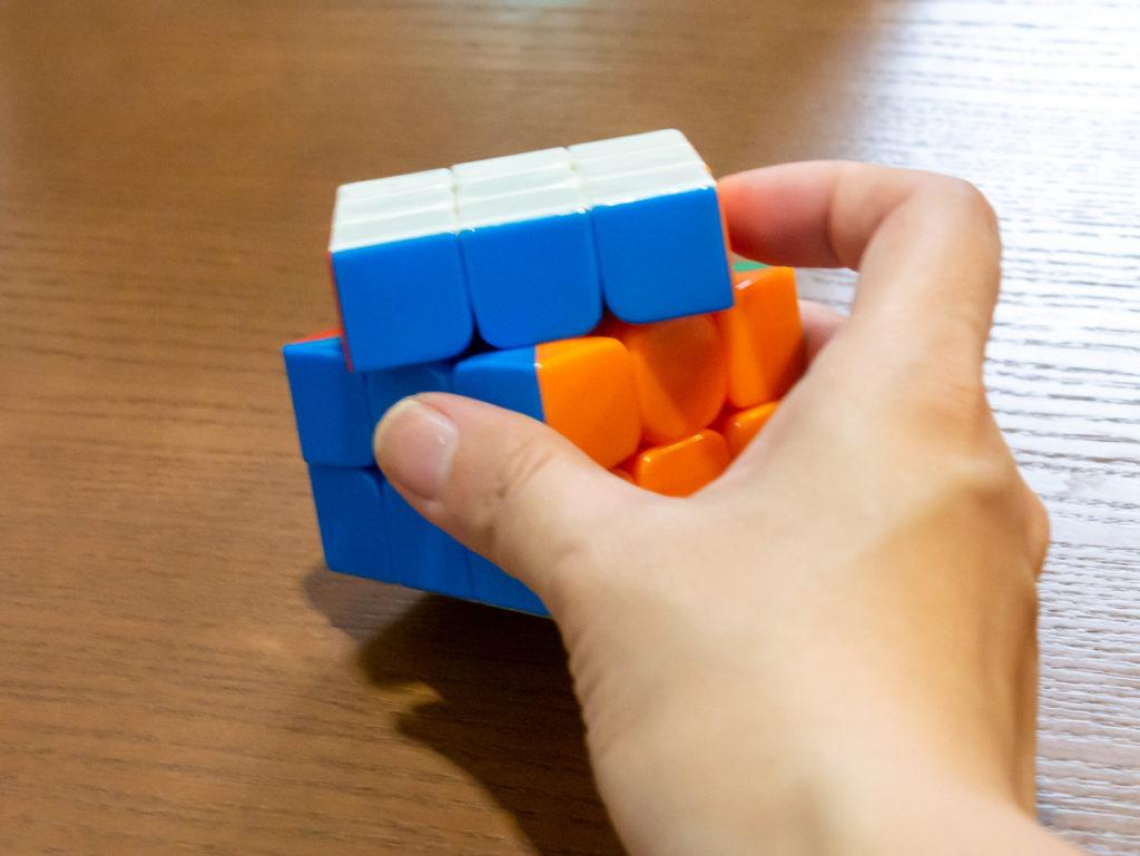 ルービックキューブのU面を回すところ