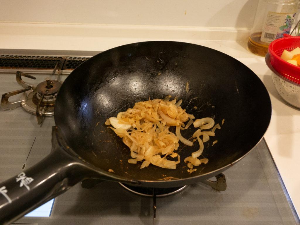 炒めた薄切りタマネギ