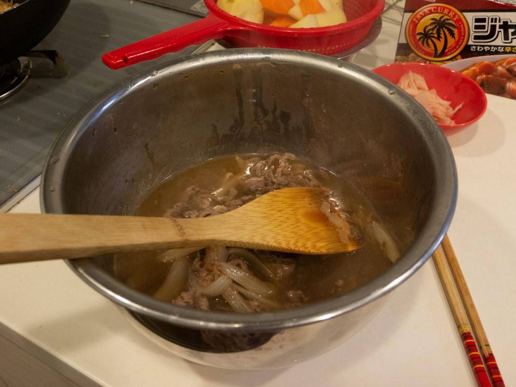 ゆで汁と肉とタマネギがまざってます