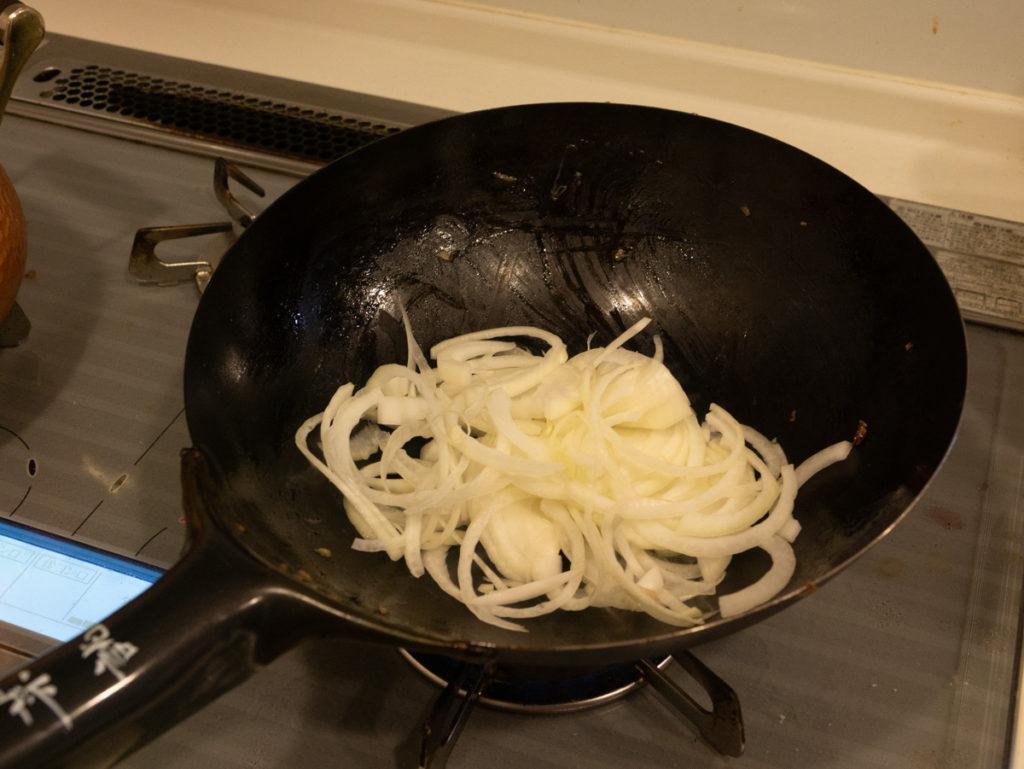 薄切りタマネギを炒めます