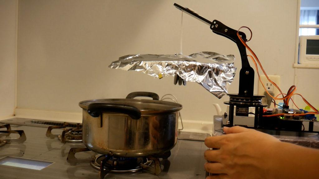 鍋の脇にロボットアームをセット