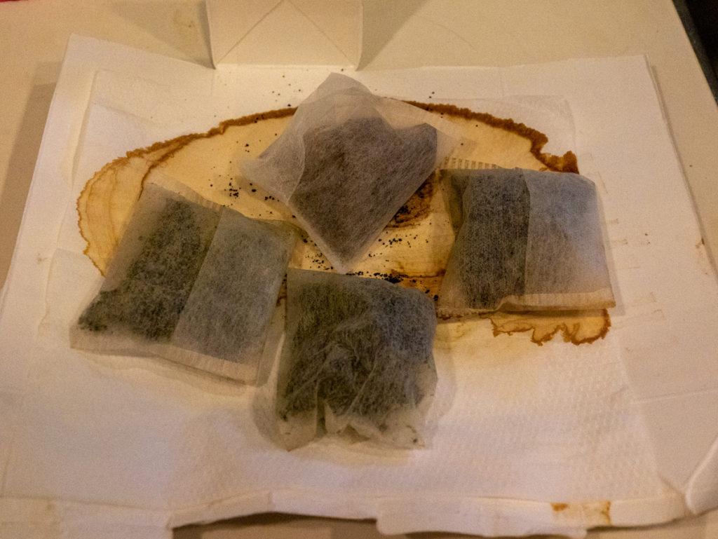 牛乳パックの上で、乾燥したお茶パックの写真