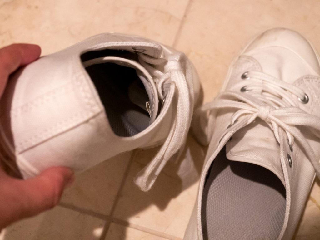 靴を持って、奥が見えるようにしている様子