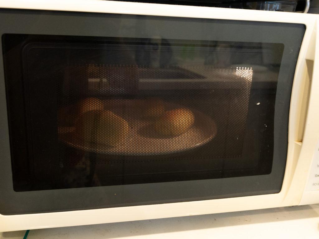 オーブンでパンを焼いている様子