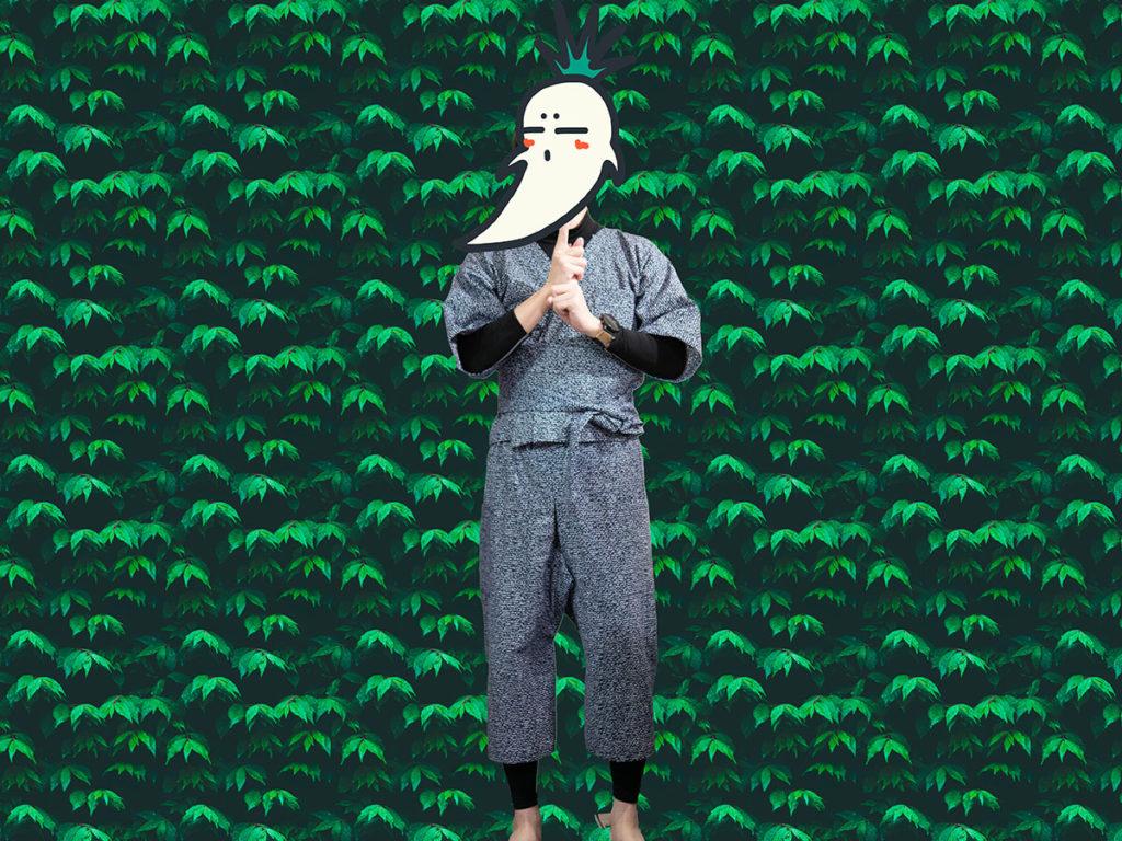 浴衣リメイクパジャマを着て忍者ポーズをする男性