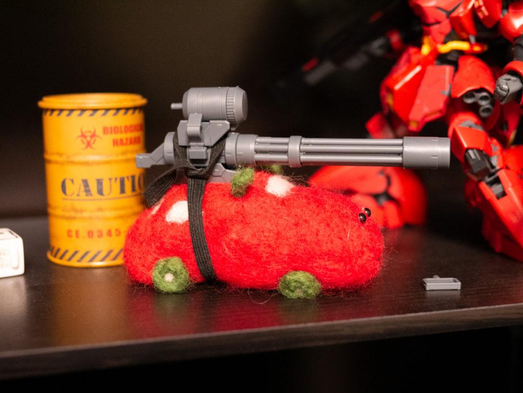 武器をのせたモルカーの羊毛フェルト