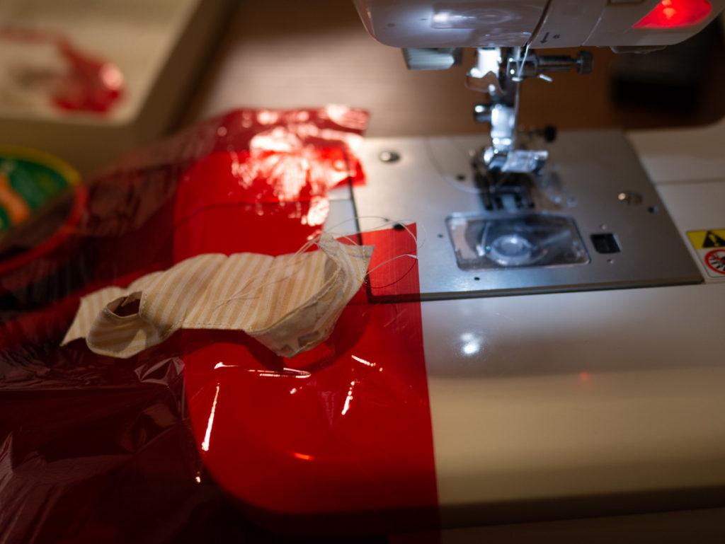 セロハンをひいてミシン縫いしているところ