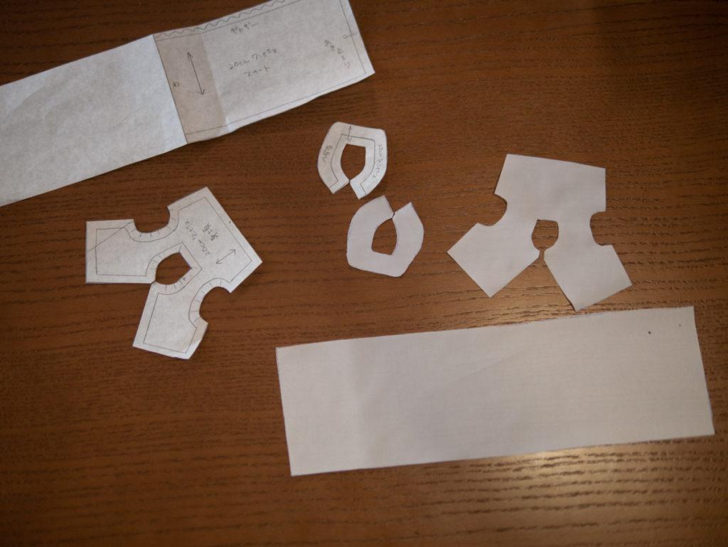 型紙から生地を裁断しているところ