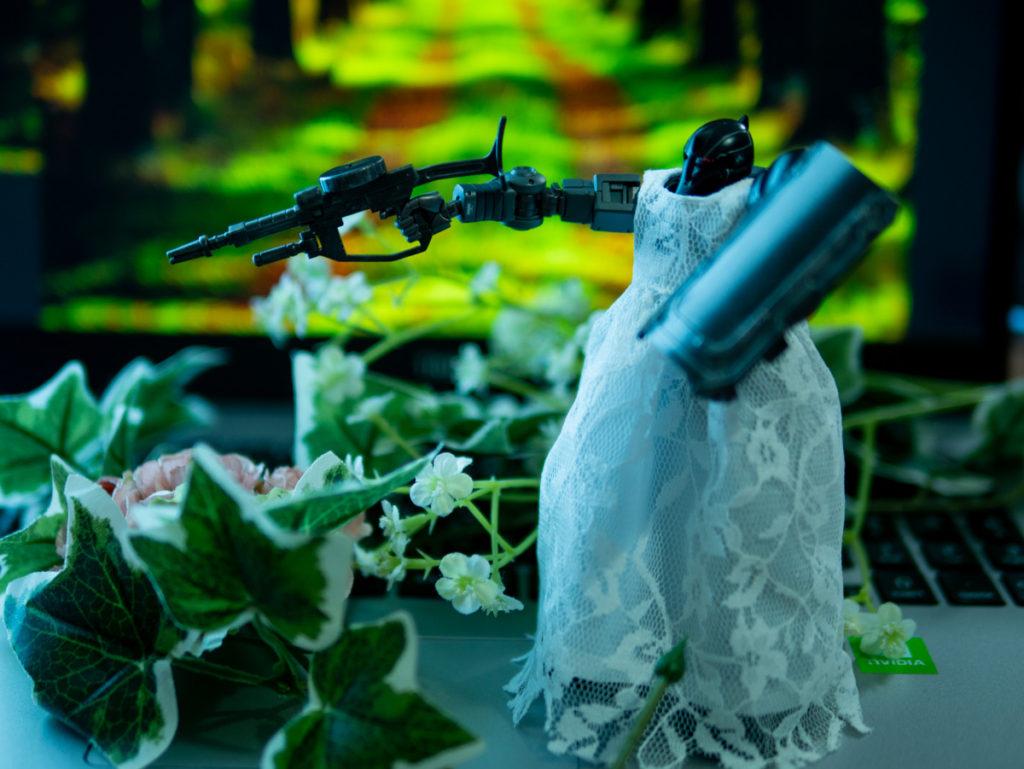 銃を構えるドレスを着たザク