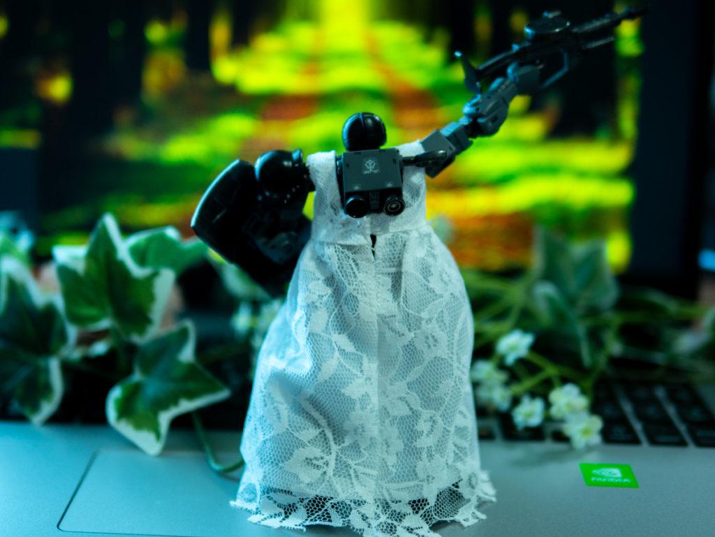 オルガのポーズをするドレスを着たザク