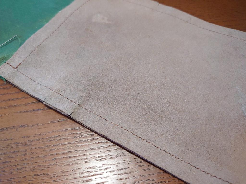 革をミシンで縫ったところ