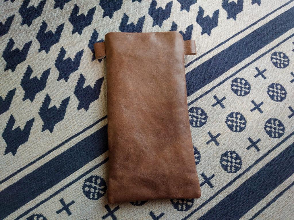 革製のスマホポシェット。