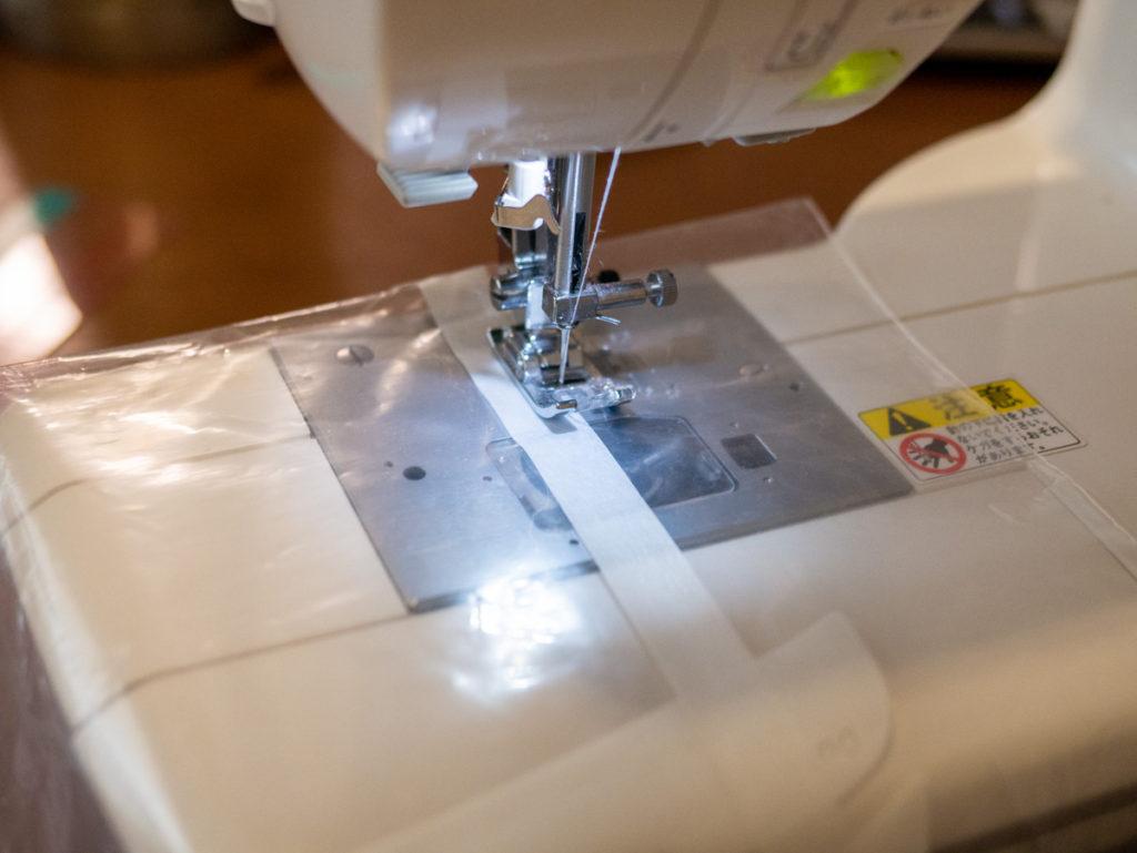 ジップロックを縫っているところ