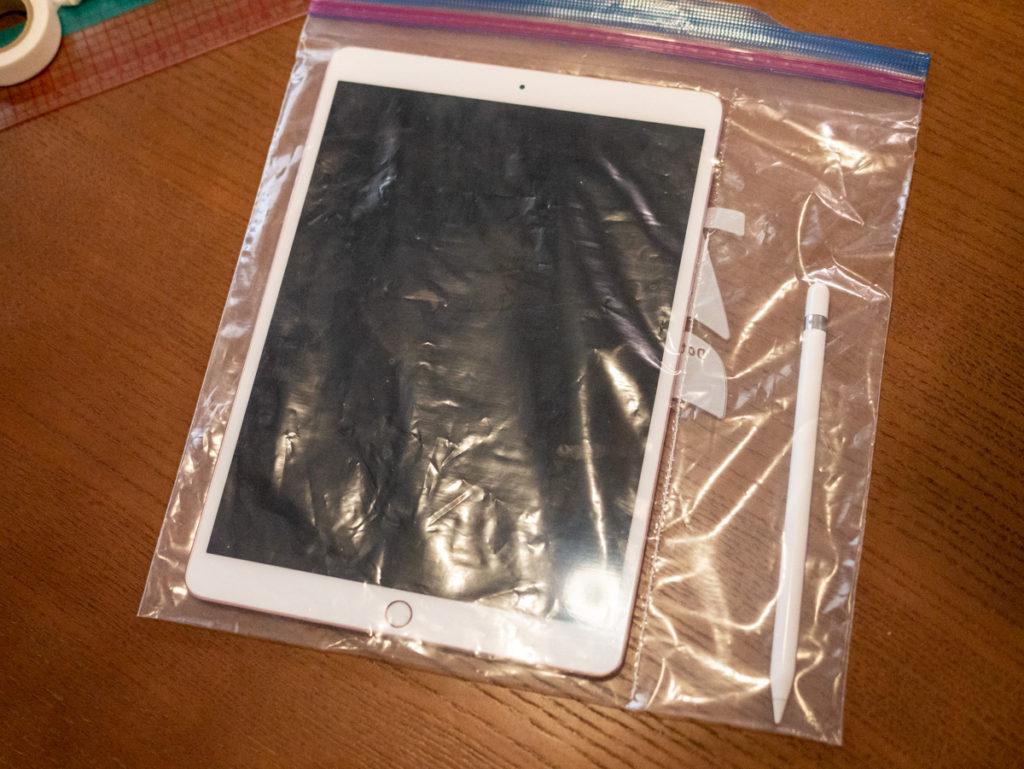 完成したバッグにiPadを入れたところ