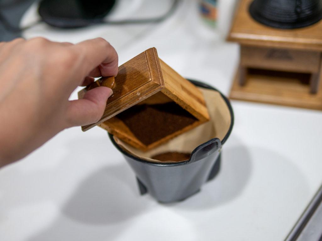 コーヒー豆をドリッパーに入れたところ