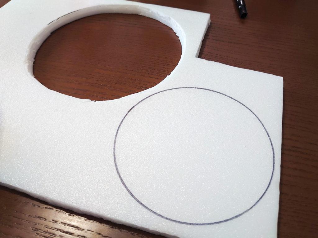 発泡スチロールボードに円の印ができたところ