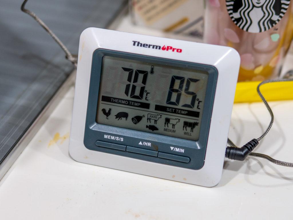 70℃を示す温度計