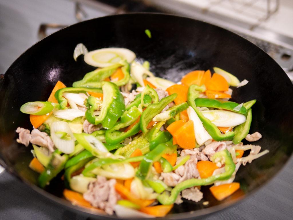 ピーマンと葱とニンジンと豚肉を炒めているところ